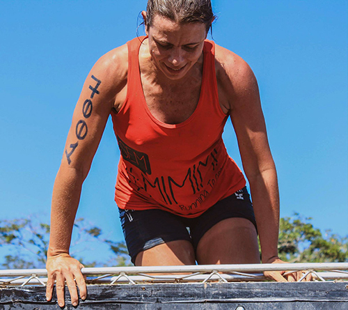 Mulher supera obstáculo na Iron Race (Iron Race)