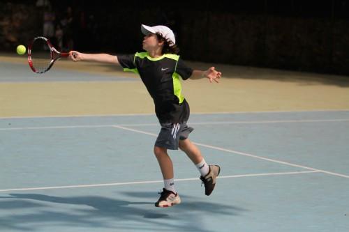 Garoto joga tênis