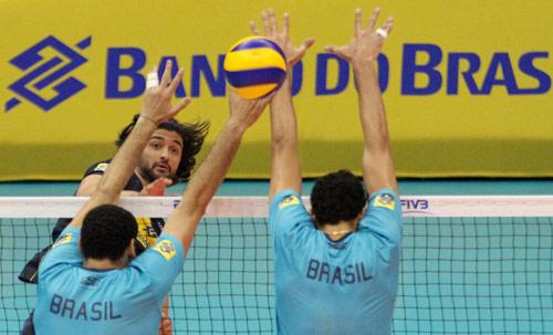 Vissotto faz ataque durante treinos do Brasil no ginásio do Ibirapuera (Alexandre Arruda/CBV)