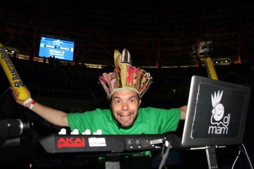 DJ em ação durante Brasil x França no Ibirapuera (FIVB/Divulgação)