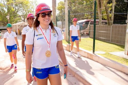 Mayara Moura durante a visita ao CT  (Cinara Piccolo/Photo&Grafia)