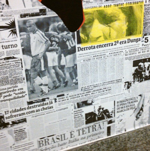 Manchetes de jornal sobre futebol no Sesc Santana