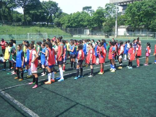 Meninas no campo do Centro Olímpico (Divulgação)