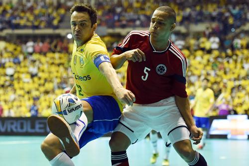 Falcão domina bola em jogo contra Colômbia (Gaspar Nóbrega)