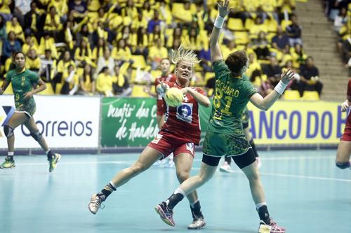 Deonise disputa bola com norueguesa em São Bernardo (Bruno Miani/ Photo&Grafia)
