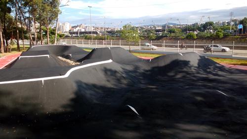 Pump track avançada com marginal e sambódromo ao fundo (Esportividade)