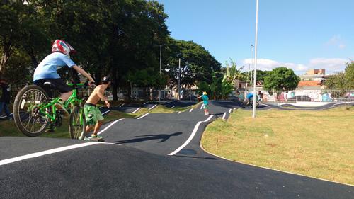 Pump track para iniciantes pode receber ciclistas, skatistas etc (Esportividade)